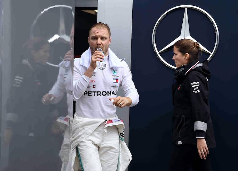 Пилот Mercedes финн Валттери Боттас после первой сессии свободных заездов