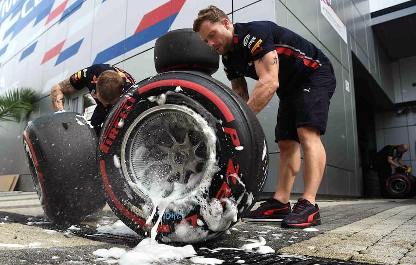 Промывка колес болида после заезда