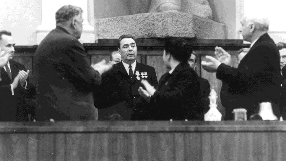 Перед наступлением момента, когда каждое его появление или выступление начали сопровождать бурные и продолжительные аплодисменты, Брежнев месяцами ощущал неподдельный ужас
