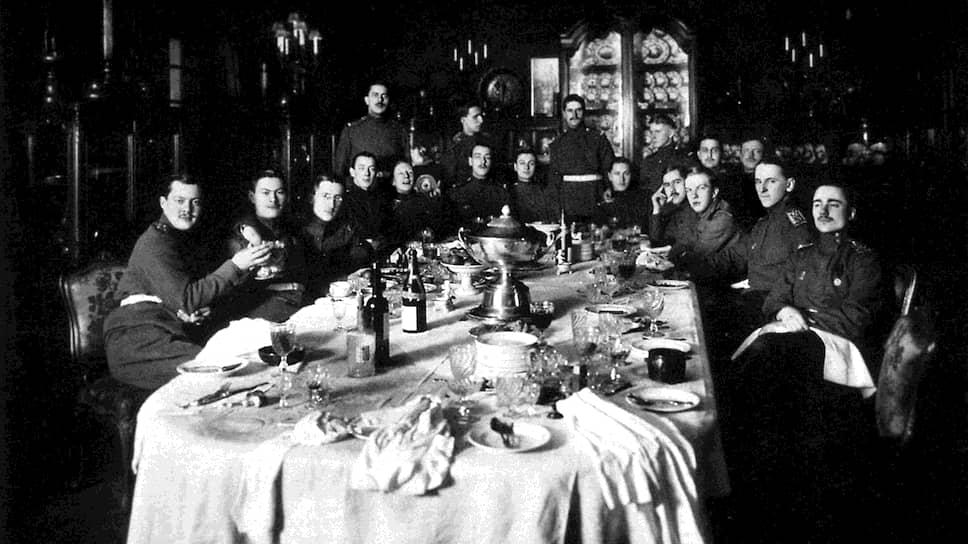 Воспитанники элитного Пажеского корпуса шикарно обедали только на собственные средства (на фото — застолье пажей в отдельном кабинете ресторана, 1915 год)