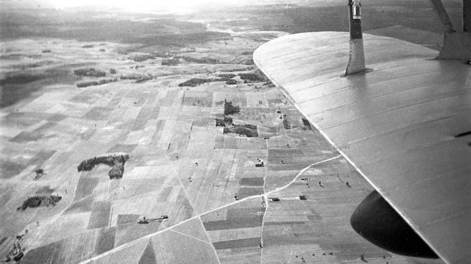 На взгляд украинских товарищей граница между республиками должна была проходить гораздо севернее линии, намеченной белорусскими (на фото — съемка с самолета полей Западной Белоруссии, 1939 год)