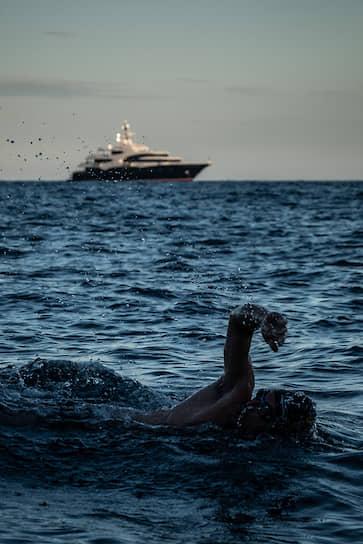 На горизонте — суперяхта Barbara длиной 88,5 м производства Oceanco. Судно может принять 16 гостей в 8 каютах, команда — 32 человека. На лодке есть бассейн, гараж, тренажерный зал, массажный кабинет, аквариум с экзотическими рыбами. На лодке использованы нестандартные материалы, например, кожа лягушек и рыбы фугу или рог азиатского буйвола