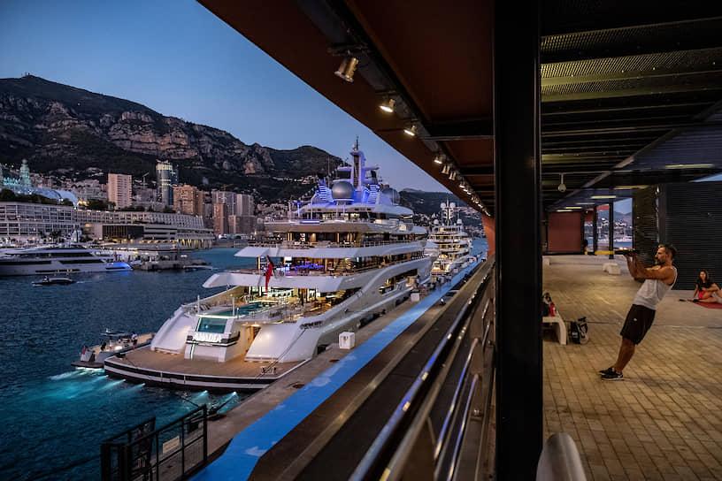 На фото у причала — роскошная яхта Amadea, изготовленная немецкой компанией Luerssen Verwaltungs GmbH. На судне есть бар, спортзал, салон красоты, кинотеатр, сауна, зимний сад и другие развлечения