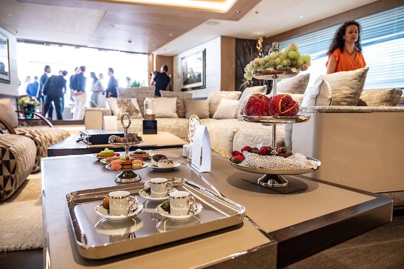 Интерьер роскошной 63-метровой яхты Metis производства Azimut Benetti SpA. Яхта рассчитана на комфортное проживание 12 гостей и оборудована вертолетной площадкой