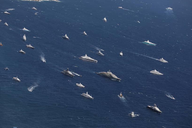 Официальная программа яхт-шоу в Монако всегда сопровождается множеством вечеринок, которые проходят прямо на представленных яхтах. Одним из самых ярких событий является Boat International Party. Неизменным гостем выставки является князь Монако Альбер II
