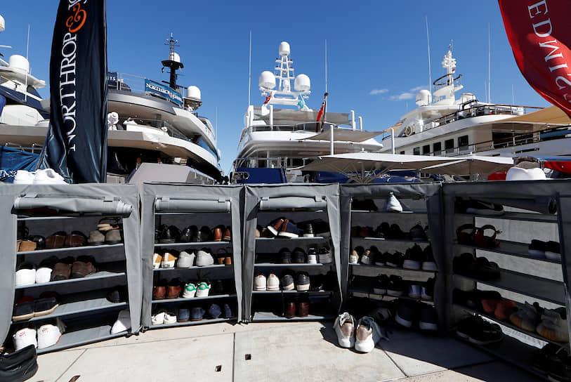 Обувь посетителей яхт-шоу в Монако