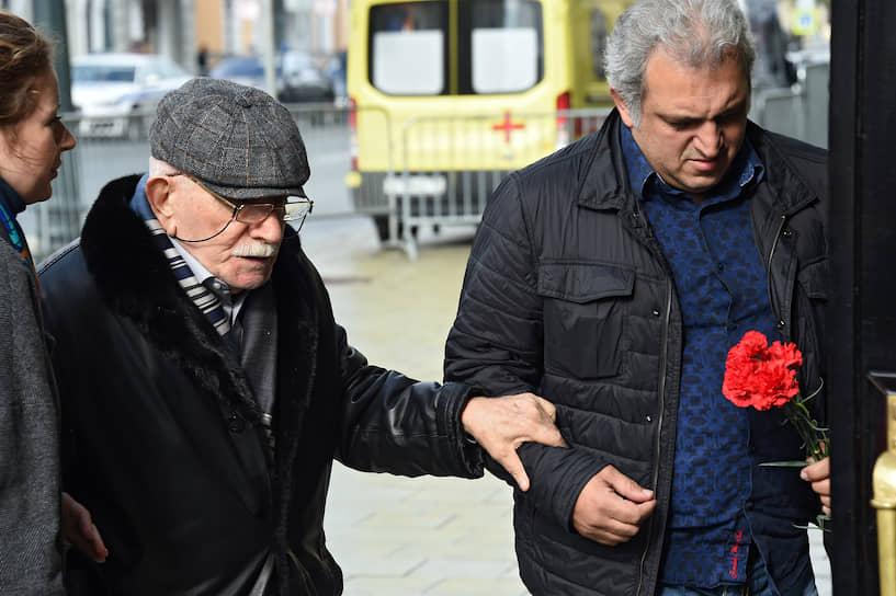 Художественный руководитель Московского драматического театра Армен Джигарханян (слева)