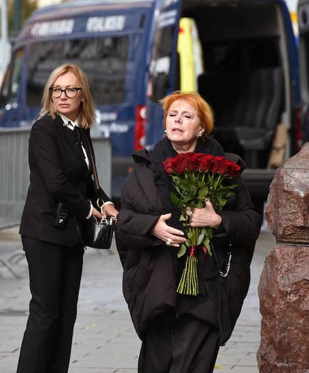 Актриса Клара Новикова (справа) перед началом церемонии