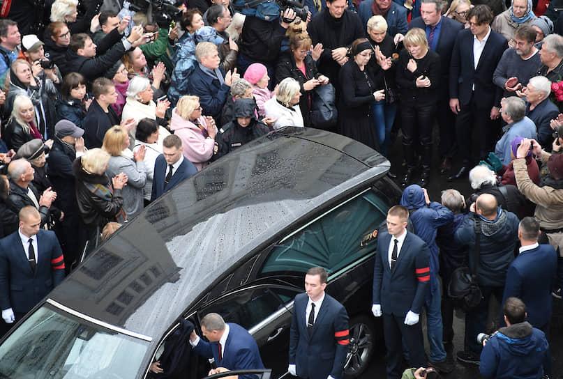 После церемонии прощания Марк Захаров был похоронен на Новодевичьем кладбище рядом с могилами Леонида Броневого, Станислава Говорухина и Олега Табакова