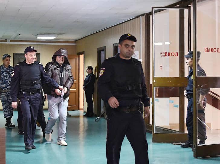 Сотрудник МВД Алексей Смирнов (в центре)
