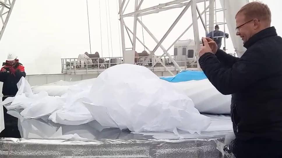 Замдиректора САО РАН Дмитрий Кудрявцев фотографирует распаковку отреставрированного зеркала БТА