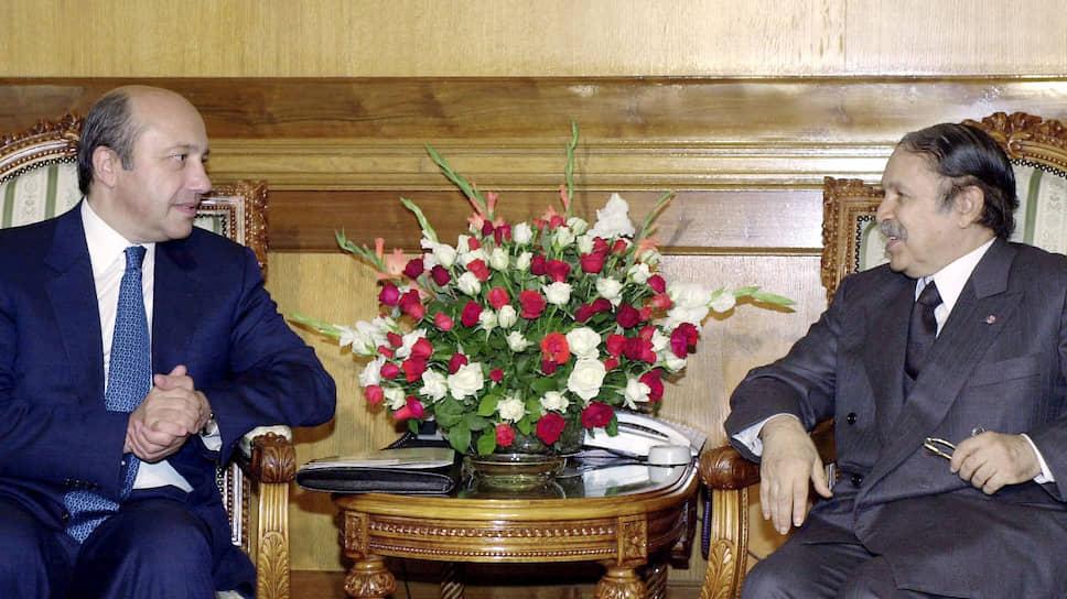 С визита министра иностранных дел РФ Игоря Иванова (слева) в Алжир началось возвращение РФ на Ближний Восток. На фото встреча главы МИД РФ с президентом Алжира Абдель-Азизом Бутефликой (Алжир, октябрь 2001 года)