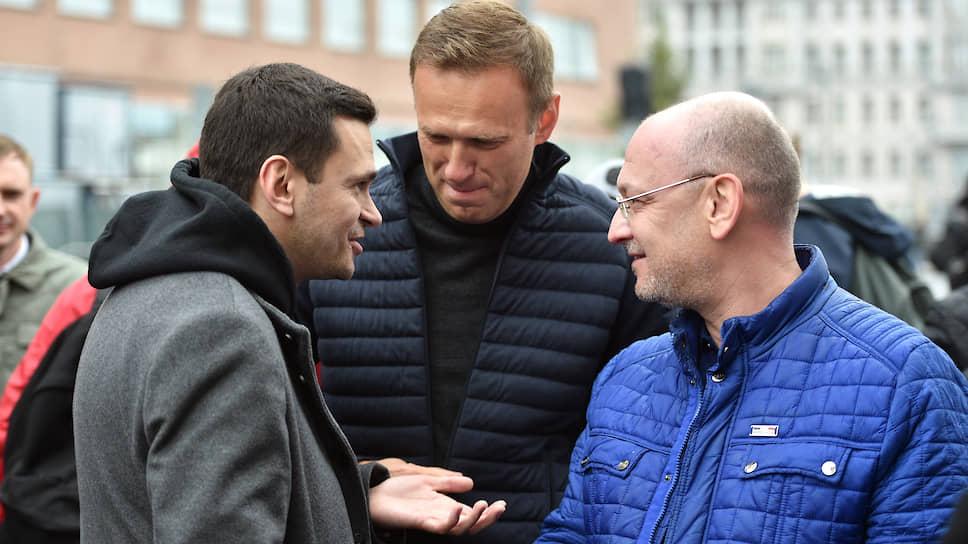 Оппозиционеры Илья Яшин (слева) и Алексей Навальный (в центре) на митинге