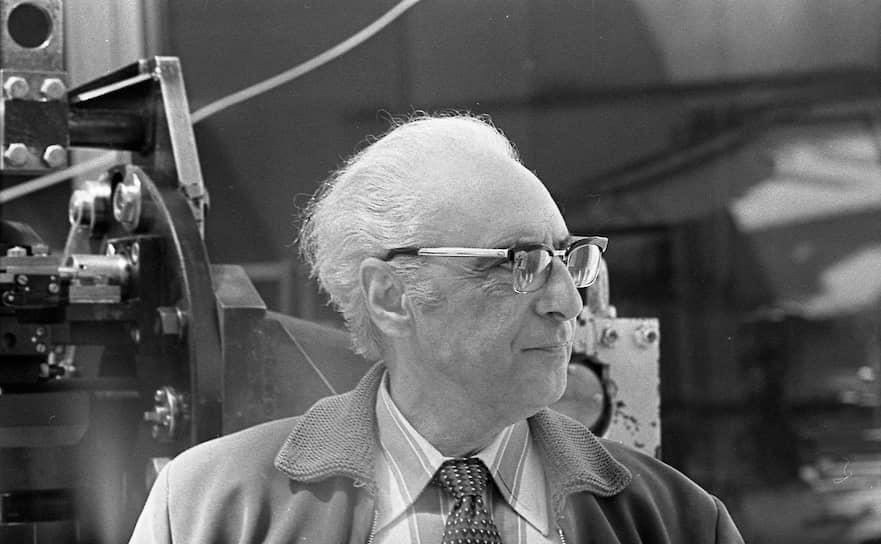Создание Большого азимутального телескопа (БТА) с 6-метровым зеркалом стало революцией в телескопостроении. До 1960-х годов строительство телескопов с диаметром зеркала более 5 м считалось технически невозможным из-за эффектов гнутия. Группа советских ученых под руководством Баграта Иоаннисиани (на фото) решила эту проблему, впервые в истории применив для телескопов с большими зеркалами альт-азимутальный тип монтировки. С тех пор все телескопы в мире с зеркалами более 3 м в диаметре строятся именно так