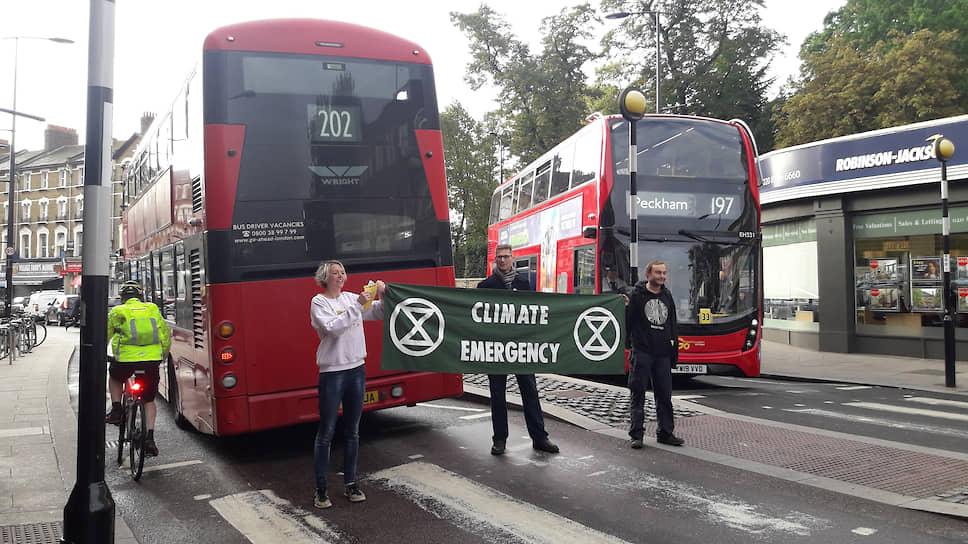 Активисты блокируют движение транспорта