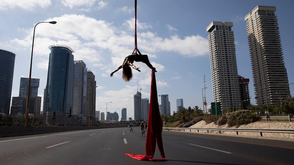 Тель-Авив, Израиль. Акробатка выступает во время праздника Йом-Кипур