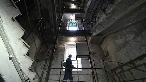 Застройка Бадаевского завода дошла до Белого дома  / Вице-премьер РФ Виталий Мутко обещал изучить проблему «парящего в воздухе» элитного жилого комплекса