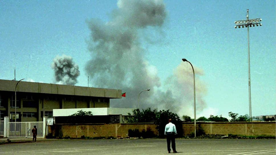 С 1961 года эритрейские сепаратисты вели войну за независимость с правительством Эфиопии. 24 мая 1993 года Эритрея получила суверенитет. Однако уже 6 мая 1998 года новообразованное государство напало на Эфиопию из-за неразрешенных территориальных споров. Поводом для начала боевых действий послужило убийство эритрейских чиновников эфиопскими военными