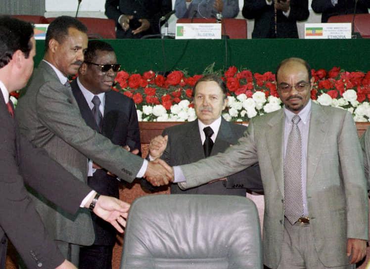 В декабре 2000 года в Алжире был подписан мирный договор, по которому страны обязались провести демаркацию границ. Он, однако, так и не был до конца реализован, в разные периоды напряженность усиливалась <br>На фото: президент Эритреи Исайяс Афеворк (слева) и премьер-министр Эфиопии Мелес Зенауи жмут друг другу руки после подписания мирного договора