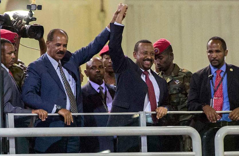 Курс на примирение взял премьер-министр Эфиопии Абий Ахмед Али (на фото в центре), пришедший к власти в апреле 2018 года. 16 сентября того же года он подписал мирный договор с президентом Эритреи Исайясом Афеворки (второй слева). Эфиопия отказалась от претензий на спорные районы, страны восстановили дипломатические отношения