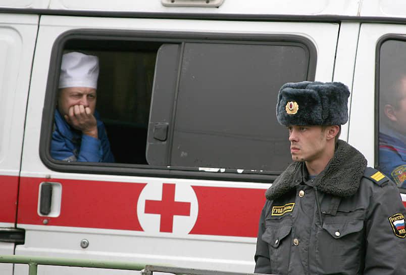 День работника скорой помощи отмечается 28 апреля, хотя и не является официальным праздником <br>На фото: 2007 год. Сотрудник скорой помощи дежурит во время митинга в Москве