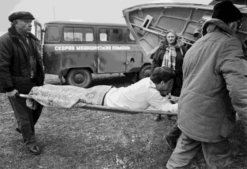 Обычно в качестве машины скорой помощи в городах используются базовые «ГАЗели» (ГАЗ-32214) и «Соболи» (ГАЗ-221172) или УАЗ-3962, УАЗ «Хантер» и ВАЗ-2131 (в сельской местности) <br>На фото: 1995 год. Раненого перевозят из Моздока во Владикавказ во время первой чеченской войны