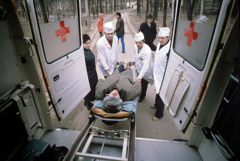 В 1930-1970 годы экстренная внебольничная помощь оказывалась как амбулаторно-поликлиническими учреждениями, так и станциями скорой медицинской помощи<br>На фото: машина скорой помощи с пострадавшим в Республиканском центре по лечению острых отравлений НИИ скорой помощи имени Склифосовского