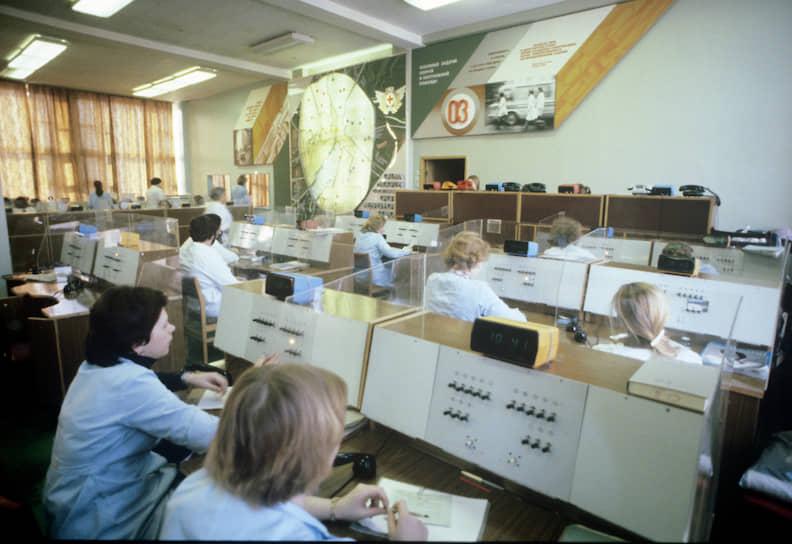 Норматив прибытия скорой помощи по вызову в городах с численностью свыше 100 тыс. человек — не более 20 минут<br> На фото: 1982 год. Центральная диспетчерская служба медицинской помощи Москвы