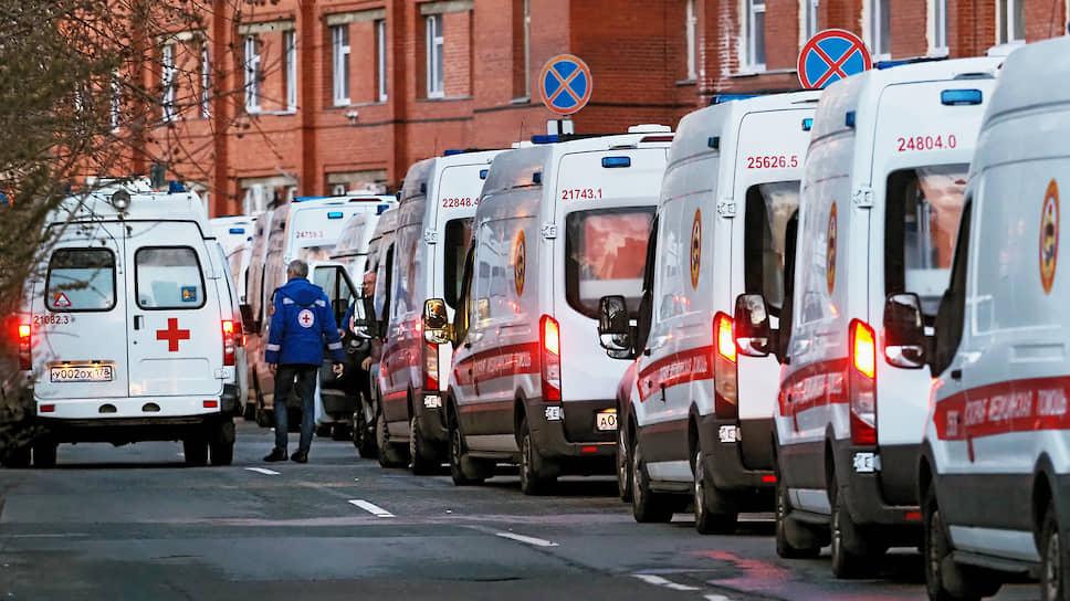 С весны 2020 года на фоне пандемии коронавируса бригады неотложки работали в усиленном режиме <br>На фото: очередь из машин скорой медицинской помощи в Санкт-Петербурге