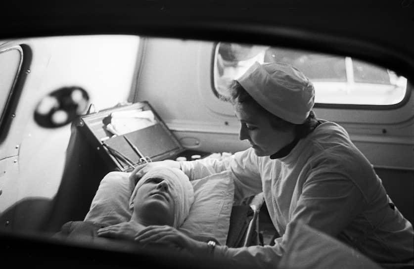 В 1960-х годах были также созданы неврологические (инсультные), гематологические, токсико-терминальные бригады скорой помощи<br>На фото: 1962 год. Фельдшер  сопровождает больного в машине скорой