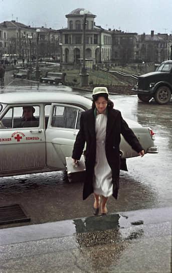 В 1960-х годах в Ленинграде, Москве и других крупных городах СССР появились педиатрические бригады скорой помощи <br> На фото: 1962 год, участковая сестра на вызове
