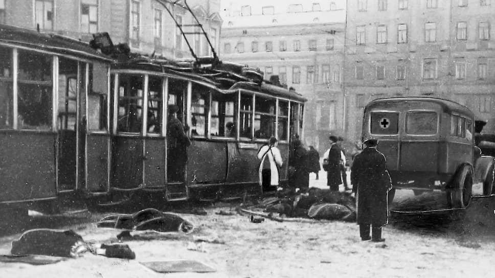 Скорая помощь активно развивалась и в других городах. К 1941 году Ленинградская станция скорой медицинской помощи имела девять подстанций и располагала парком в 200 машин<br> На фото: скорая увозит тела умерших во время блокады Ленинграда