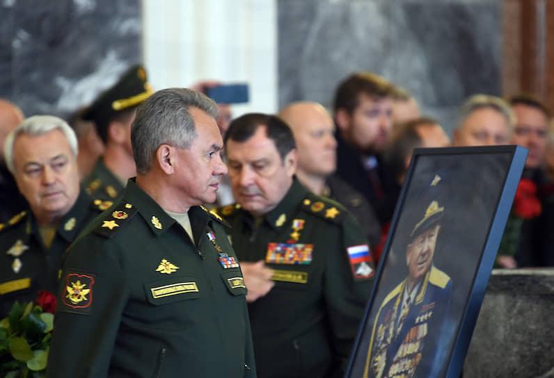 Министр обороны России Сергей Шойгу у портрета Алексея Леонова