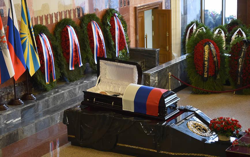 У изголовья гроба, покрытого флагом России, были установлены три флага с траурными лентами: России, Министерства обороны и Воздушно-космических сил РФ