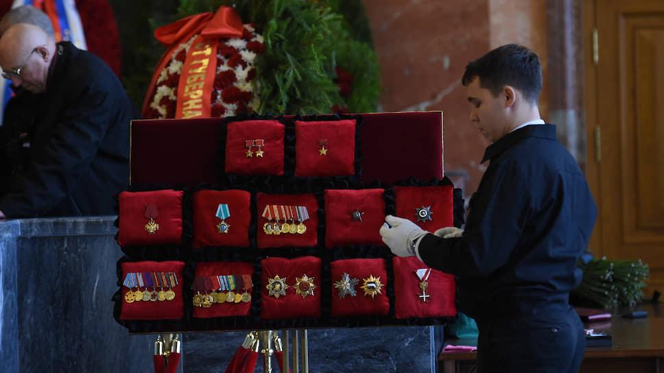 Постамент с орденами летчика-космонавта Алексея Леонова в траурном зале