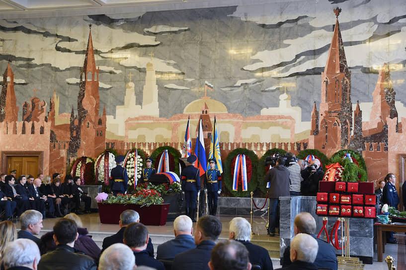 Во время церемонии у гроба стоял почетный караул