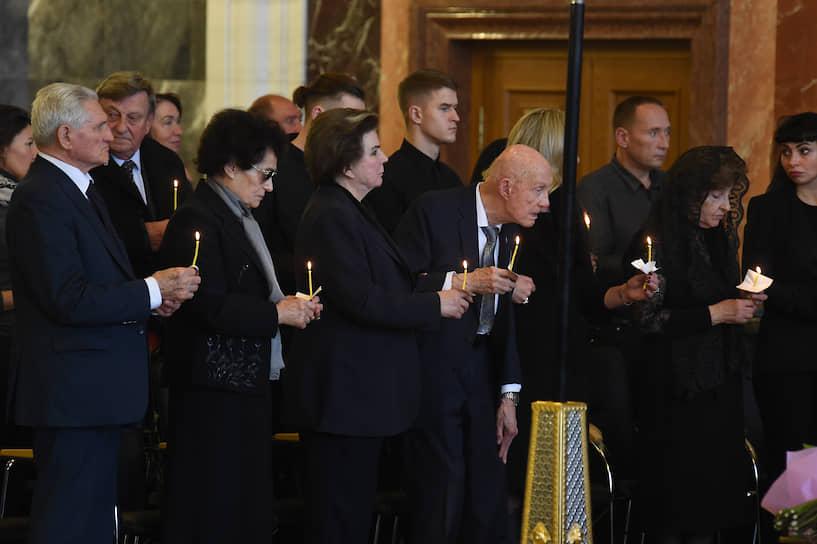 Слева направо: летчик-космонавт Борис Волынов с супругой Тамарой Волыновой, первая женщина-космонавт, депутат Госдумы Валентина Терешкова и американский астронавт Томас Стаффорд во время церемонии