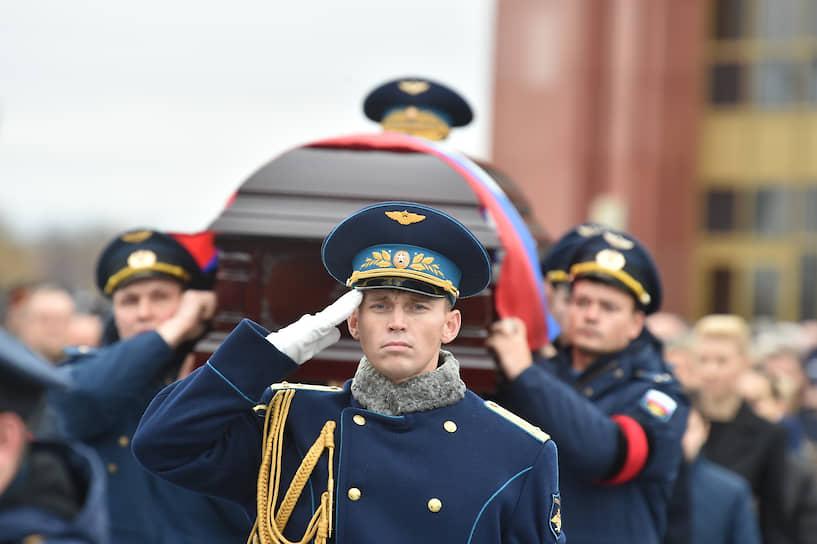 Гроб с телом из траурного зала вынесли военнослужащие 154-го отдельного комендантского Преображенского полка