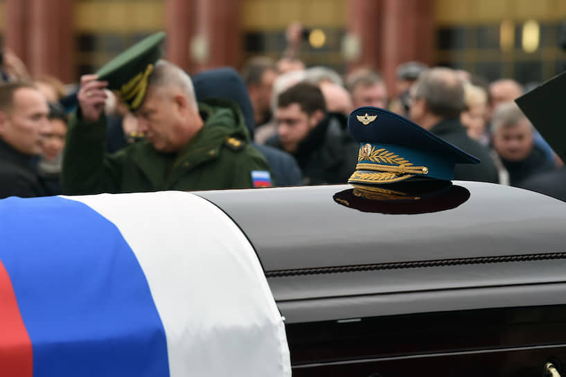 Алексея Леонова похоронили рядом с центральной аллеей кладбища и памятником «Скорбь» под залпы ружейного салюта и государственный гимн