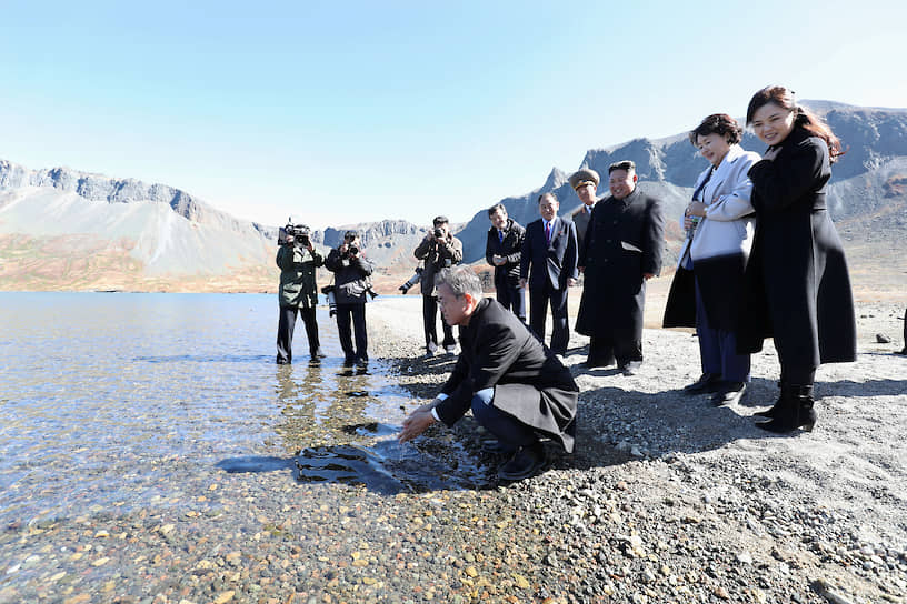 2018 год. Президент Южной Кореи Мун Чжэ Ин моет руки в реке на встрече с лидером КНДР Ким Чен Ыном (третий справа)