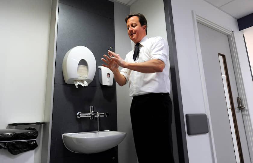 2012 год. Премьер-министр Великобритании Дэвид Кэмерон перед посещением палаты в больнице Манчестера