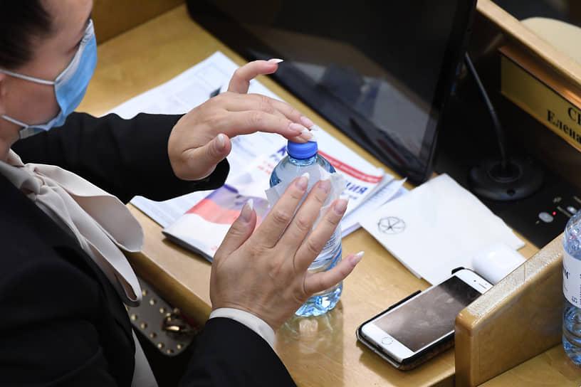 2020 год. Депутат Елена Серова во время заседания Госдумы