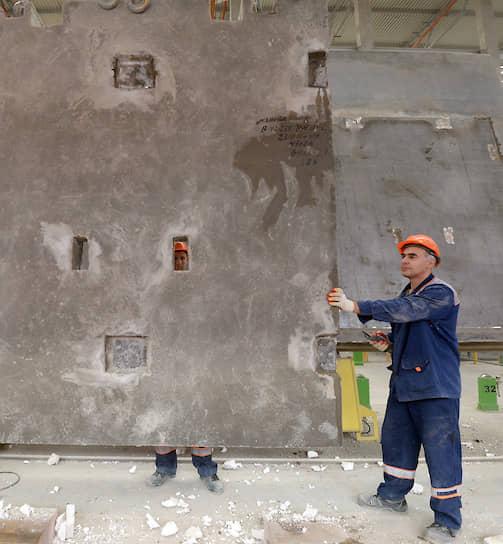 Наро-Фоминск, Московская область. Рабочие на заводе железобетонных изделий