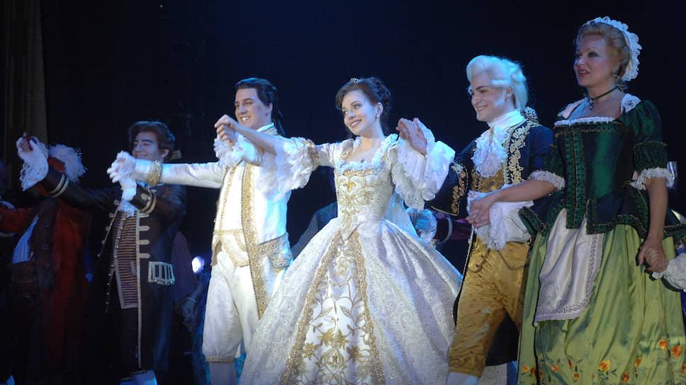 Екатерина Гусева (в центре) в мюзикле «Красавица и Чудовище»