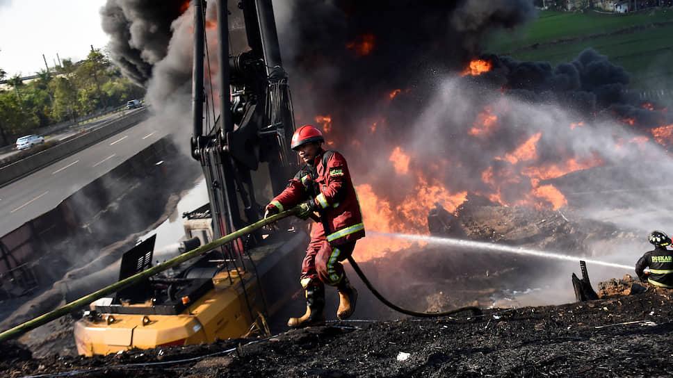 Чимахи, Индонезия. Пожарные пытаются потушить возгорание на нефтепроводе