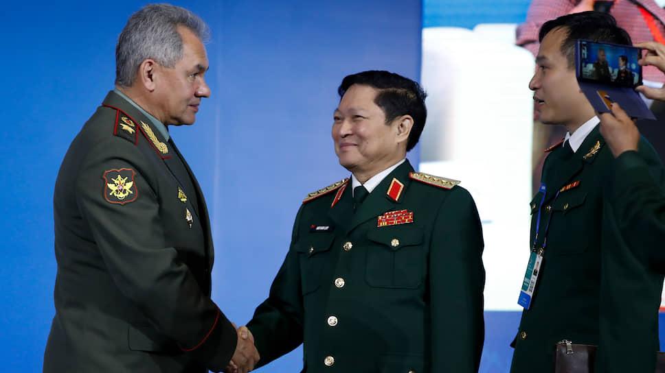 Министр обороны России Сергей Шойгу (слева) и министр обороны Вьетнама Нго Суан Лит