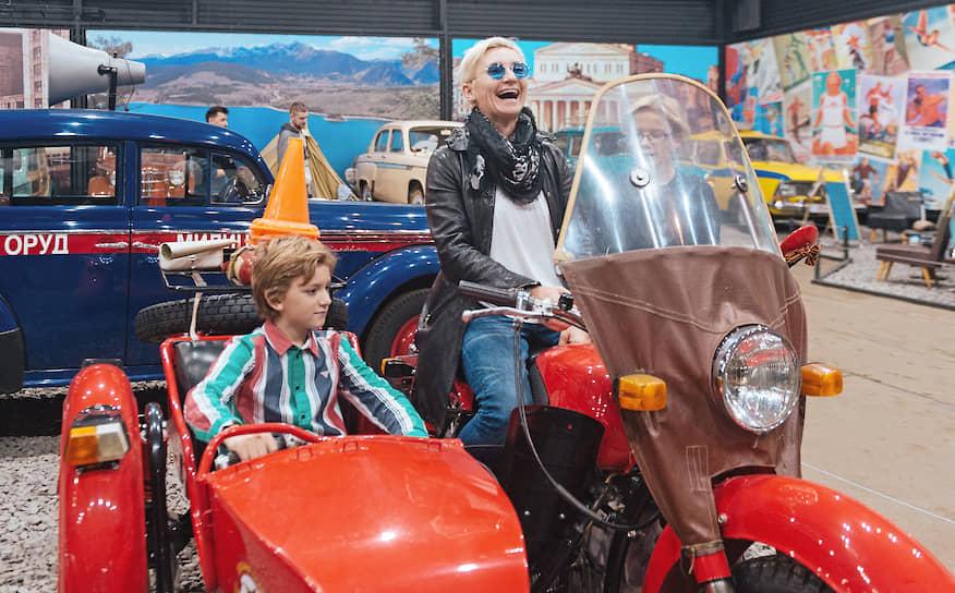 """Солистка группы """"Ночные снайперы"""" Диана Арбенина со своми детьми на праздновании Дня автомобилиста в автомузее """"Моторы Октября"""""""