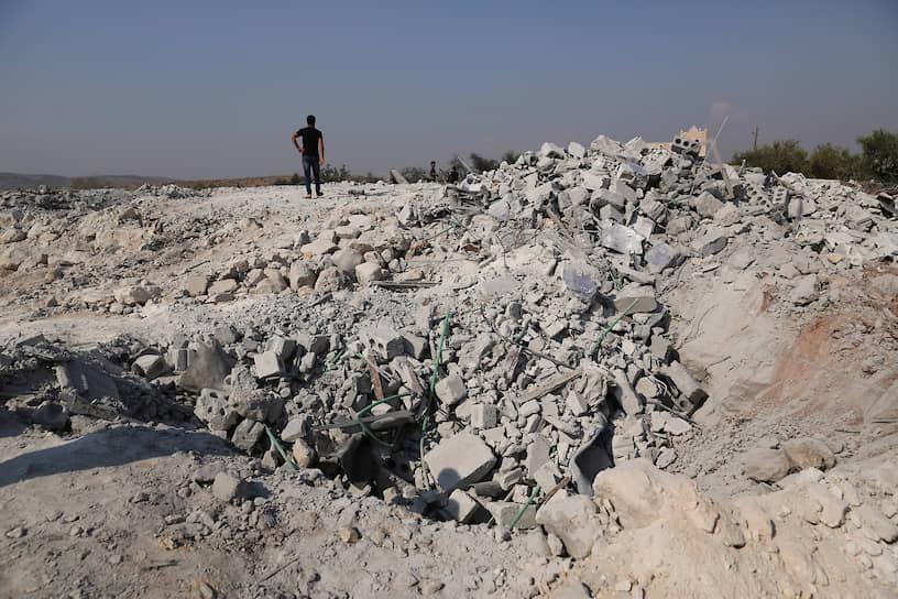 США провели спецоперацию по уничтожению лидера ИГ в сирийской провинции Идлиб близ деревни Бариша ночью 26 октября. По сообщениям американских властей, аль-Багдади умер, подорвав себя вместе с тремя детьми в конце подземного тоннеля, где он пытался спастись от преследования