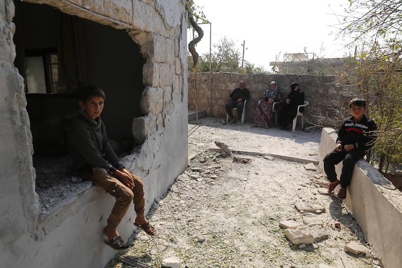 Предположительно, всего были убиты девять человек, несколько домов было разрушено<br> На фото: дети рядом со своим домом, поврежденным во время спецоперации