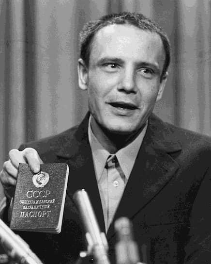 С начала 1960-х годов Буковский принимал активное участие в диссидентском движении в СССР. Был одним из организаторов публичных чтений стихов в Москве